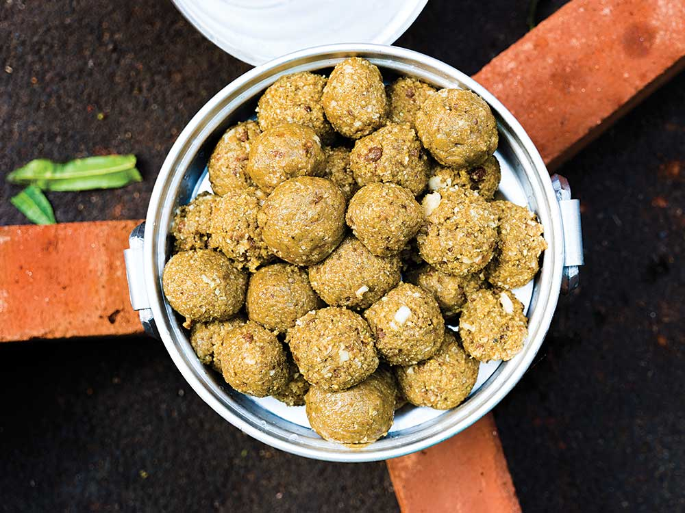 Mandaputtu (Steamed Cardamom-Spiced Rice Flour Balls)
