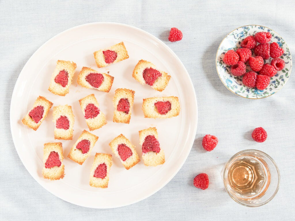 Bite-sized raspberry cakes are perfect for picnics.