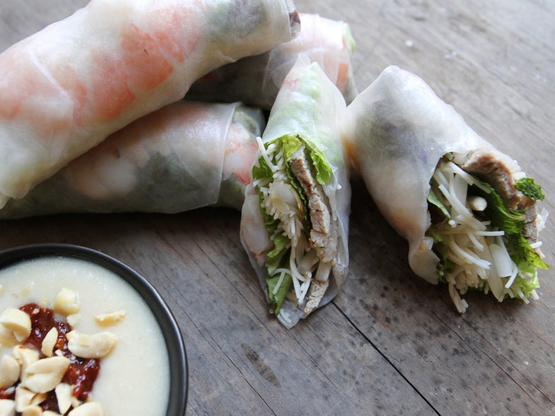 Summer roll with dipping sauce