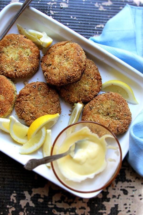 Almond-Flour Crab Cakes with Lemon Aioli