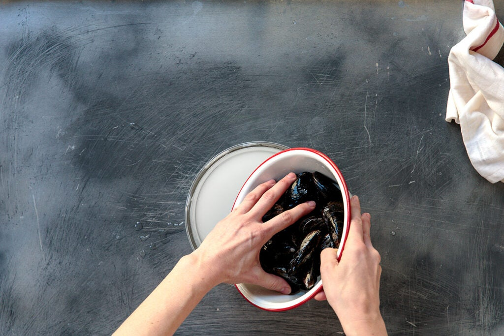 httpswww.saveur.comsitessaveur.comfilesimport2014feature_cleaning-mussels2_1200x800_0.jpg