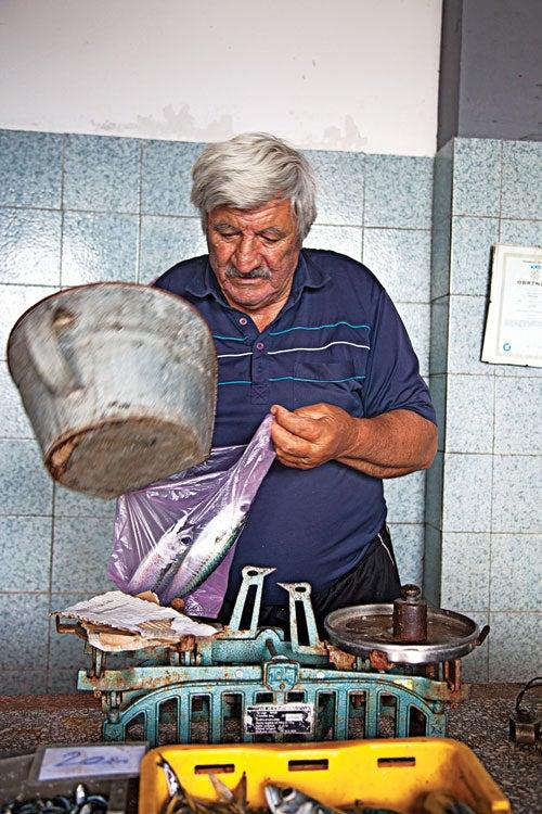 httpswww.saveur.comsitessaveur.comfilesimport20142014-03scenes-from-the-dalamatian-coast-fishmonger-at-work-500×750-i164.jpg