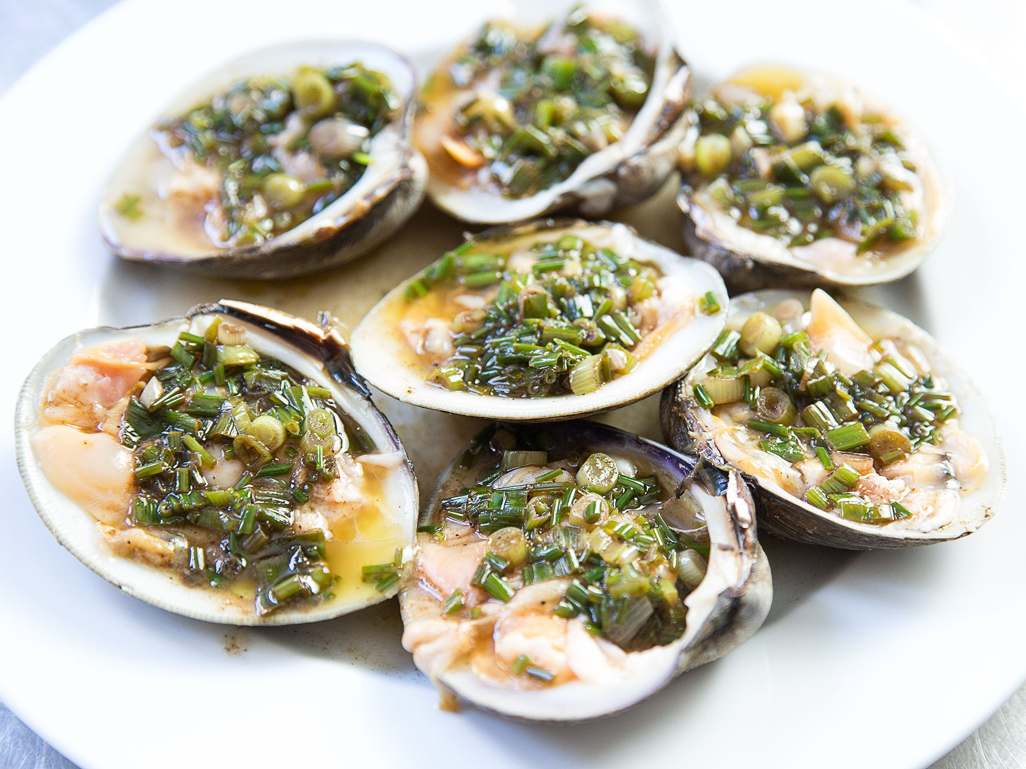 Jacques Pépin's Trick for Shucking Clams Without the Hassle