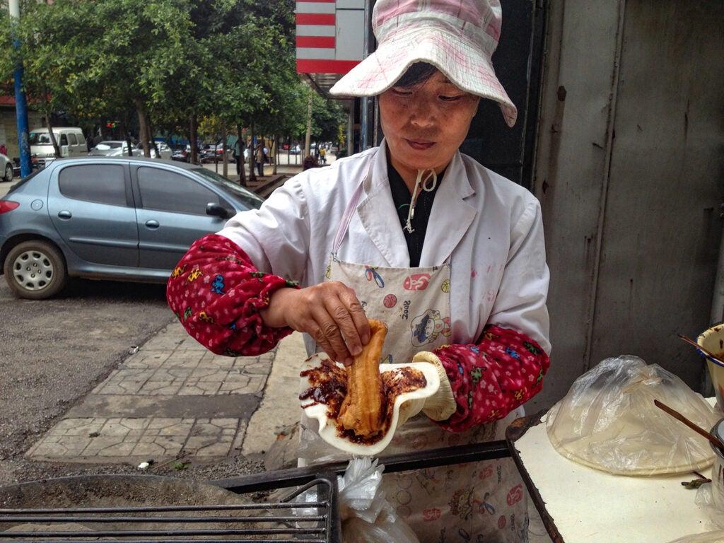 erkuai bao youtiao street vendor