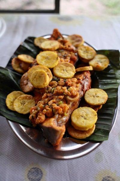 Filhote com Molho de Camarões e Bananas (Fish with Shrimp Sauce and Plantains)