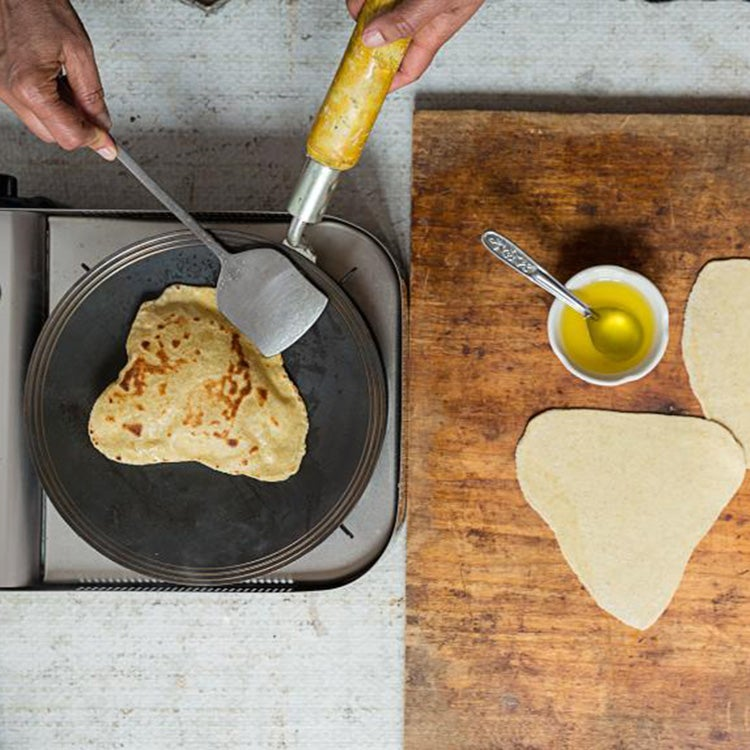 httpswww.saveur.comsitessaveur.comfilesimport20142014-08gallery_india-how-to-paratha-cook_750x750.jpg
