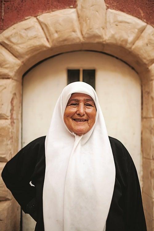 slideshow-scenes-from-palestine-woman-in-jenin-old-city-500x750
