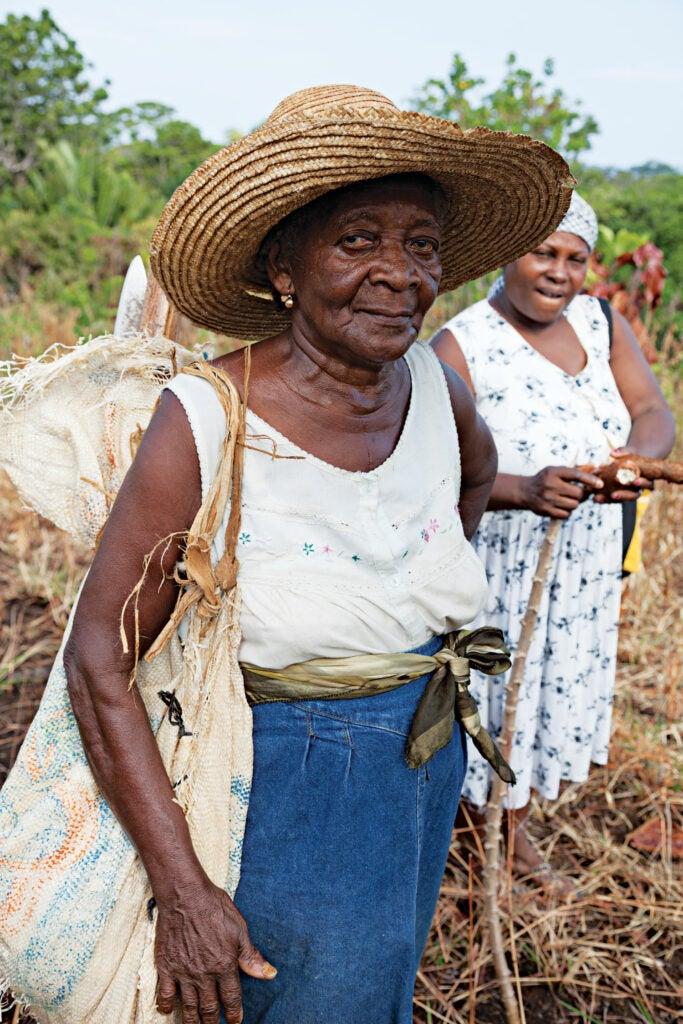 Women harvesting cassava in Ciriboya, Honduras