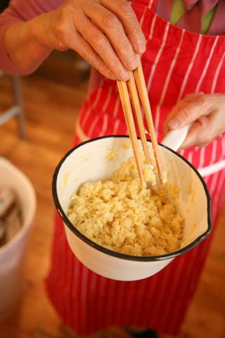making scrambled eggs with chopsticks