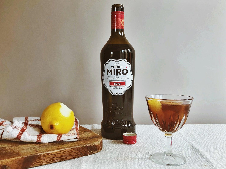 Miró Rojo Vermut de Reus on table with lemon
