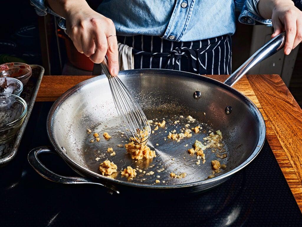 stir-frying garlic