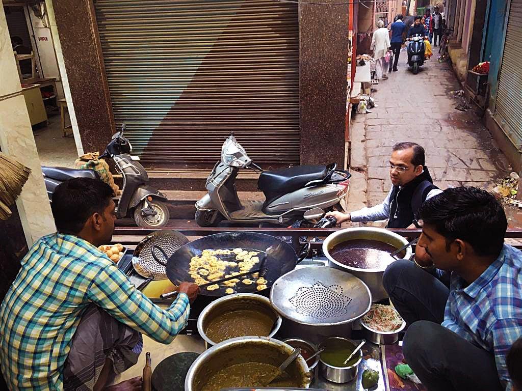 cook at Ram Bhandar monitoring jalebis